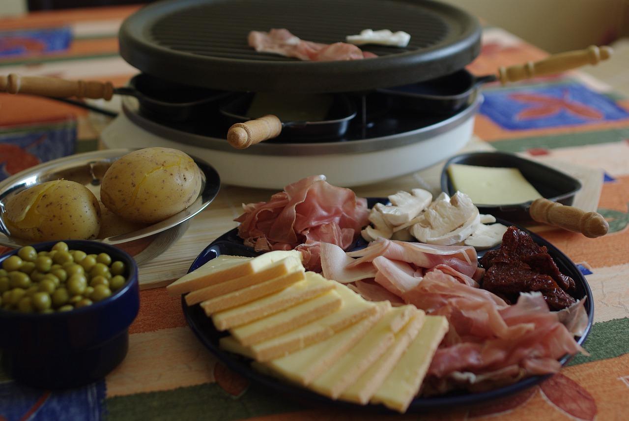 Vin et Raclette : Offrez-vous les meilleures aubaines gastronomiques et vinicoles pour un souper entre amis !