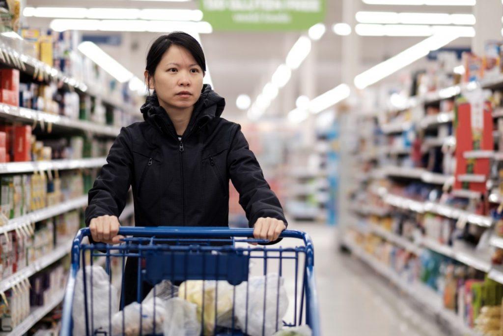 Femme asiatique faisant son marché en grande surface