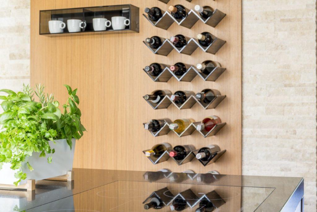 Cuisine avec cave à vins suspendue