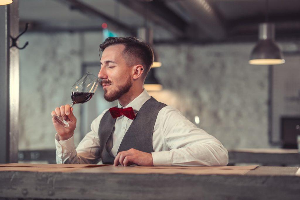 Homme goûtant du vin